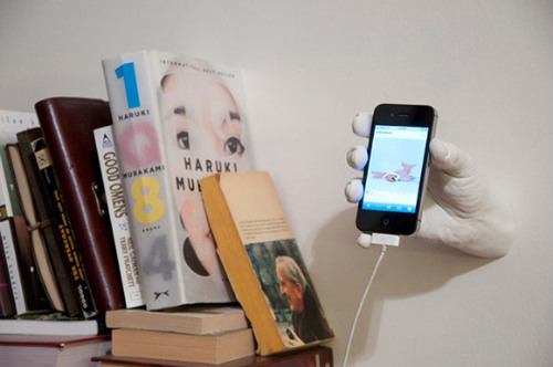 Рука, держащая смартфон